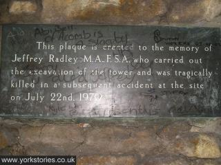 Commemorative plaque, in bronze, inscription and handwritten graffiti