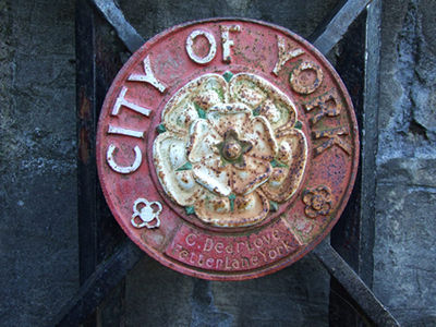 york_roundel_city_walls_240707_400.jpg
