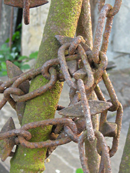 Rigg memorial, chains around railings